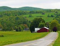Bauernhof, Felder und Wiesen machen es ein Landleben stockbild