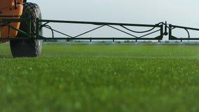 Bauernhof Fetilizer, das auf dem grünen Rasen-Gebiet wässert stock video