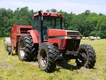 Bauernhof: Heuerntentraktor und -ballenpresse stockfoto