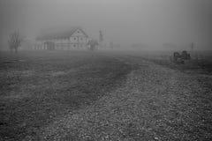 Bauernhof im Nebel Stockfoto
