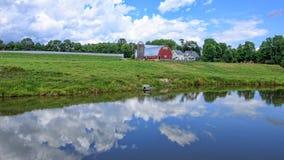 Bauernhof-Landschaft mit Teich Stockfoto