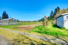 Bauernhof mit Gewächshaus Lizenzfreies Stockfoto