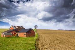 Bauernhof mit stürmischem Himmel Lizenzfreie Stockfotos