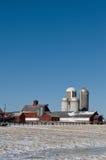 Bauernhof mit vier Silos im Winter Stockfotos