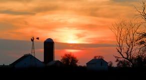 Bauernhof-Skyline bei Sonnenuntergang Lizenzfreie Stockbilder