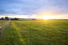 Bauernhof-Sonnenuntergang stockfotos