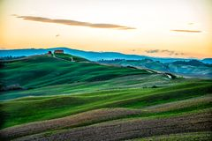 Bauernhof in Toskana bei Sonnenaufgang lizenzfreie stockfotos