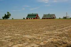 Bauernhof und Ackerland im Mittelwesten Stockfoto