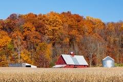 Bauernhof und Autumn Hillside Stockfoto