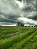 Bauernhof und drohender stürmischer Himmel Stockfotos