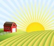 Bauernhof und Felder am Sonnenaufgang Stockbilder
