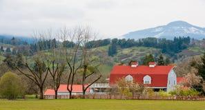 Bauernhof und Stall in der Landschaft lizenzfreie stockbilder