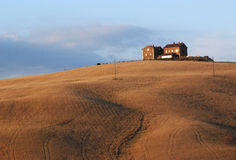 Bauernhof-und Weizen Feld am Sonnenuntergang Lizenzfreies Stockfoto