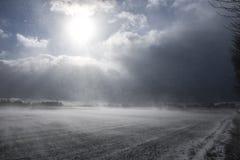 Bauernhof unter Bergen im Winter Stockbild