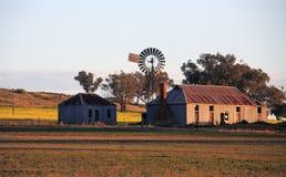 Bauernhofaußengebäude im Licht des späten Nachmittages Stockbild