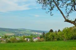 Bauernhoffeld mit junger Ernte aus Deutschland lizenzfreie stockfotos