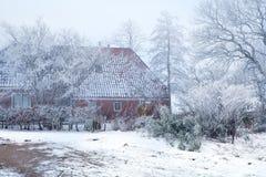 Bauernhofhaus und -garten im Frost Lizenzfreie Stockfotos