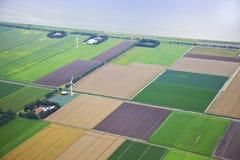 Bauernhoflandschaft mit Windmühle von oben Stockbilder