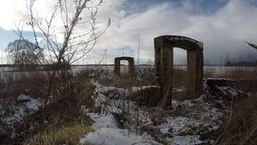 Bauernhofruinen auf dem Gebiet im Winter, Zeitspanne 4K stock footage