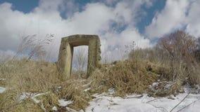 Bauernhofscheune ruiniert Türbau im Winter, Zeitspanne 4K stock footage