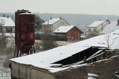 Bauernhofsilo unter dem Schnee Stockfoto