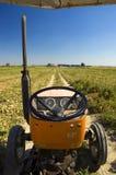 Bauernhoftraktor-Treiberseite Stockfotos