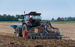 Bauernhoftraktor und Sämaschine von der Rückseite stockbilder