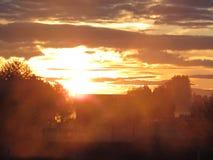 Bauernhofwiesen-Sonnenaufgangnebel Stockfotos