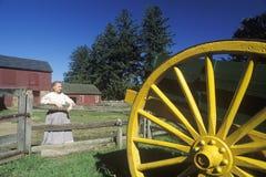 Bauernhofyard mit Frau in Fosterfields, ein lebender historischer Bauernhof in Morristown, NJ Stockfotografie