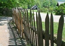Bauernhofzaun und -gebäude Stockbild