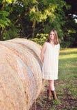 Bauernmädchen durch haybale lizenzfreie stockfotografie