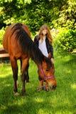 Bauernmädchen liebt Pferd Stockbild