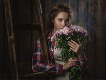 Bauernmädchen mit Blumen Stockfoto