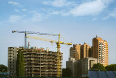 Baugebäude mit dem Hochziehen des Turmkrans Stockfotos