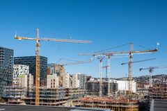 Baugebäude mit Kränen und Derrickkran lizenzfreies stockbild