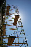 Baugerüst auf blauer Himmel backgr Lizenzfreie Stockfotos