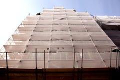 Baugerüst auf dem Gebäude, das erneuert wird Stockbilder