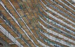 Baugerüst auf der Fassade des repariert zu werden Gebäudes Lizenzfreie Stockfotografie