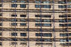 Baugerüst auf einem erneuerten Gebäude, ein Netz, welches das buildin convering ist Lizenzfreie Stockfotografie