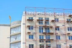 Baugerüst auf einer Gebäudewand. Stockbild