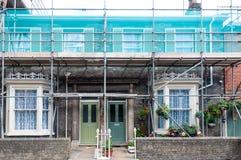 Baugerüst auf Front einer Reihe der Häuser Stockbilder