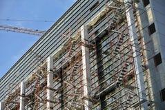 Baugerüst aufgerichtet an der externen Wand des Gebäudes Lizenzfreies Stockfoto