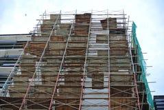 Baugerüst aufgerichtet an der externen Wand des Gebäudes Stockfotografie