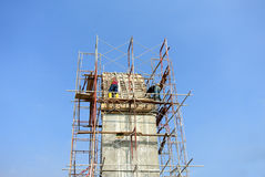 Baugerüst aufgerichtet an der externen Wand des Gebäudes Lizenzfreie Stockfotos