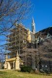 Baugerüst für die Wiederherstellung katholischer Kirche Heiliges Andrew's stockbild