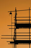 Baugerüst im Sonnenuntergang lizenzfreie stockfotos