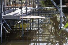 Baugerüst im Wasser Stockbilder