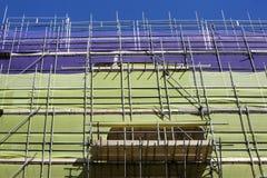 Baugerüst mit Schutznetzen Stockbilder