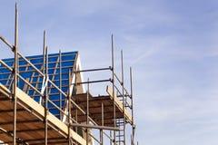 Baugerüst nahe einem Dach mit Kopieraum stockbild