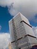 Baugerüstleichentuch auf Gebäude stockfotografie